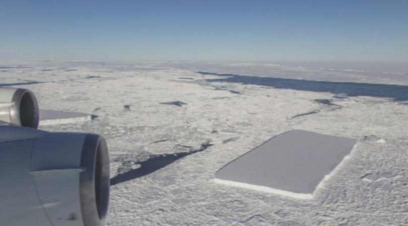 Леденият блок в Антарктика изглежда от въздуха като правоъгълник. Според