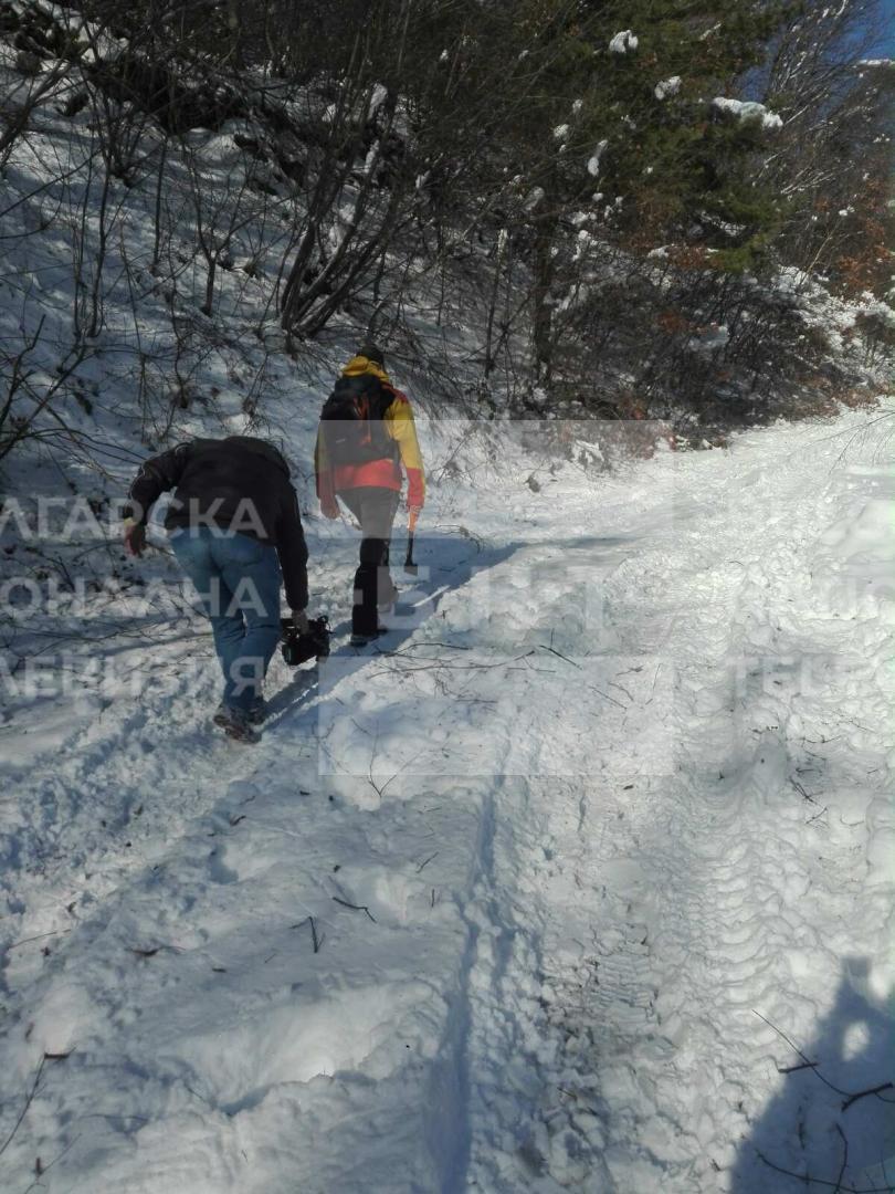 снимка 2 Двама души и дете са блокирани в хижа Академик, доброволци разчистват пътя