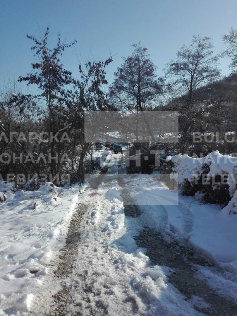 снимка 4 Двама души и дете са блокирани в хижа Академик, доброволци разчистват пътя