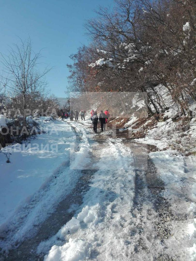снимка 5 Двама души и дете са блокирани в хижа Академик, доброволци разчистват пътя