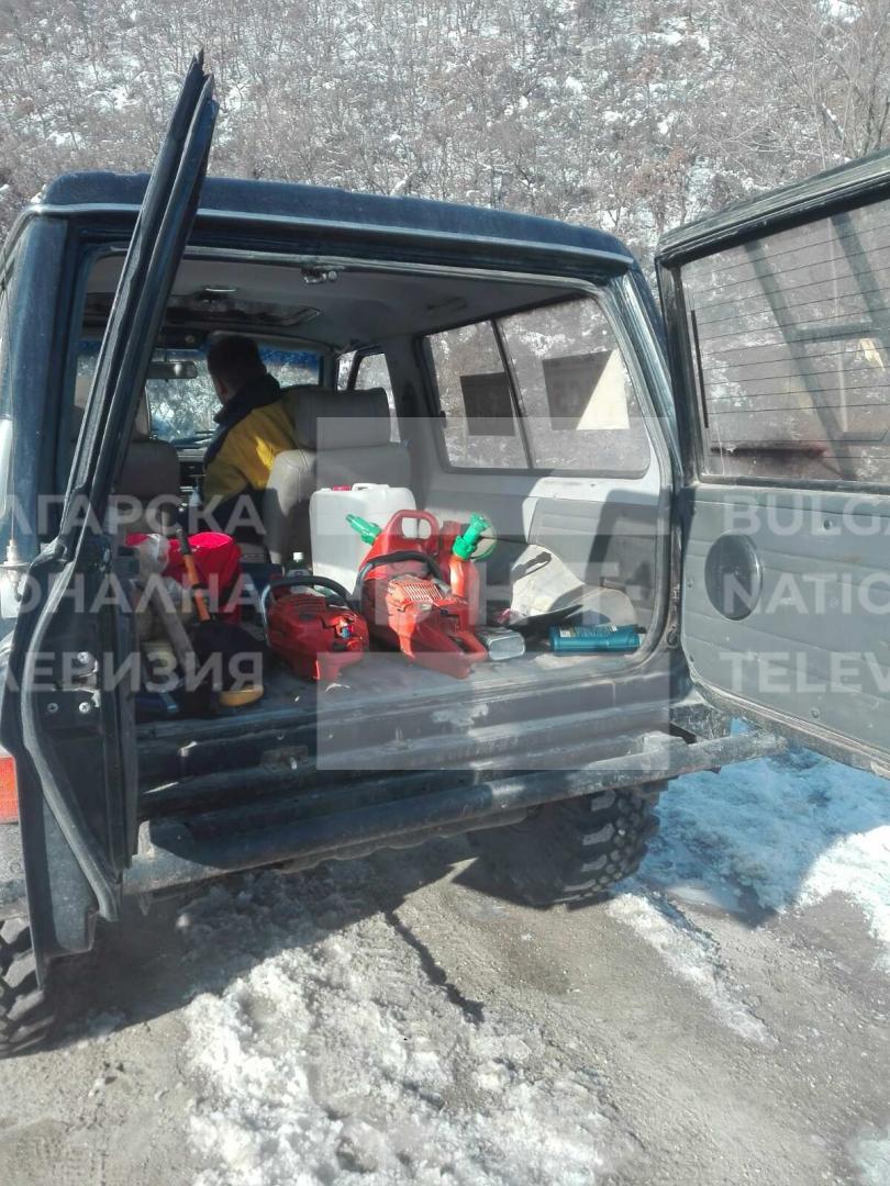 снимка 6 Двама души и дете са блокирани в хижа Академик, доброволци разчистват пътя