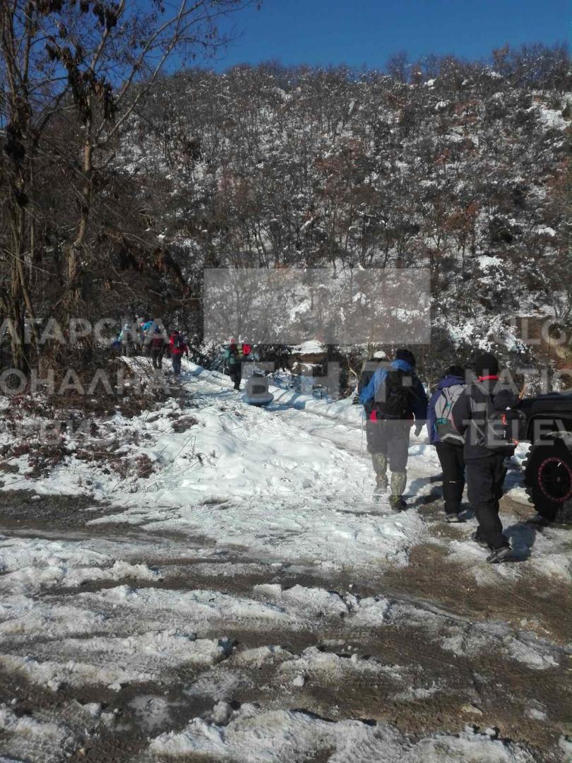 снимка 7 Двама души и дете са блокирани в хижа Академик, доброволци разчистват пътя