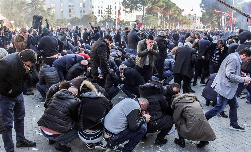 снимка 1 Полицията използва сълзотворен газ срещу демонстранти в Тирана