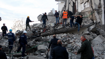 Най-малко шест души загинаха при земетресението в Албания