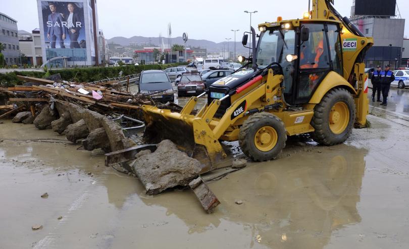 поройни дъждове наводнения парализираха албания един човек загинал