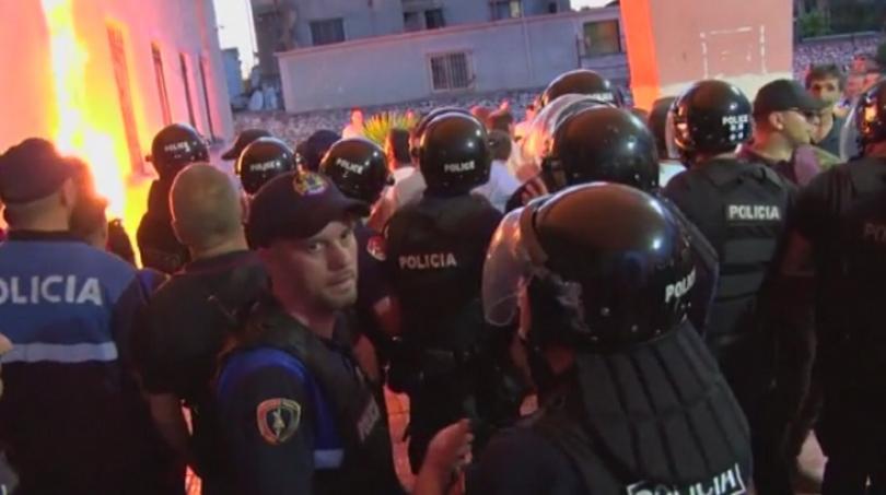 Опозицията в Албания продължава да протестира с искане местните избори