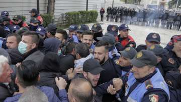 Албанската опозиция организира нов протест, премиерът обещава избори през юни