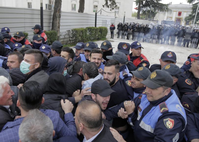 албанската опозиция организира нов протест премиерът обещава избори юни