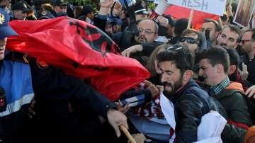 Сблъсъци между демонстранти и полиция в Тирана