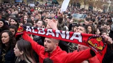 Сблъсъци и сълзотворен газ по време на антиправителствен протест в Тирана
