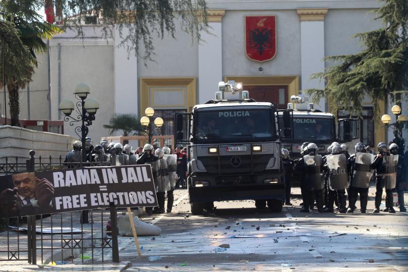 Пореден бурен протест срещу правителството в Албания. Демонстрантите се опитаха
