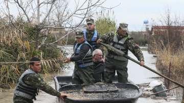 Полицаи и войници помагат заради пороите в Албания