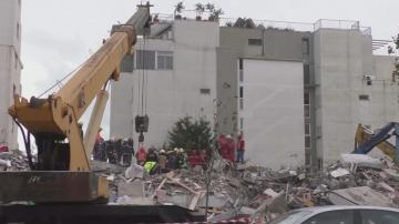 Продължава издирването на оцелели след земетресението в Албания
