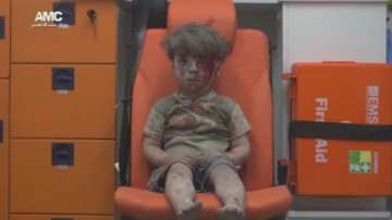 Кадри на оцелели при бомбардировка в Алепо деца обиколиха света