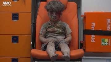 Възмущение от разтърсващите кадри на оцелели деца след бомбардировка в Алепо