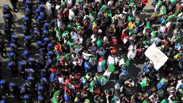Протести в Алжир с искане за край на политическия режим