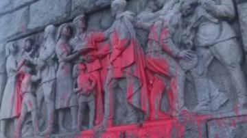 Паметникът на Альоша осъмна боядисан