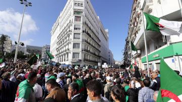 100-хилядна демонстрация поиска нова независимост в Алжир