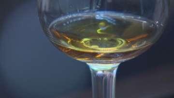 От днес салоните за красота в Калифорния ще предлагат алкохол на клиентите си