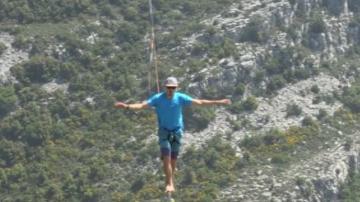 Търсачи на силни усещания ходиха по въже над Алпите