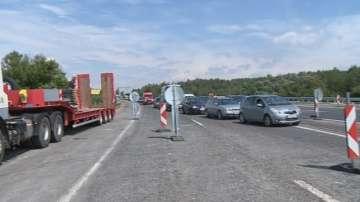 Аварирал автобус затрудни движението на АМ Тракия