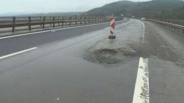 Опасност за шофьорите: Огромна дупка на АМ Тракия втори ден не е запълнена