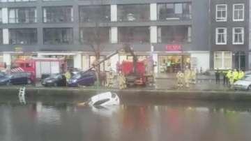 Случайни минувачи спасиха майка и бебе от потъваща кола в Амстердам