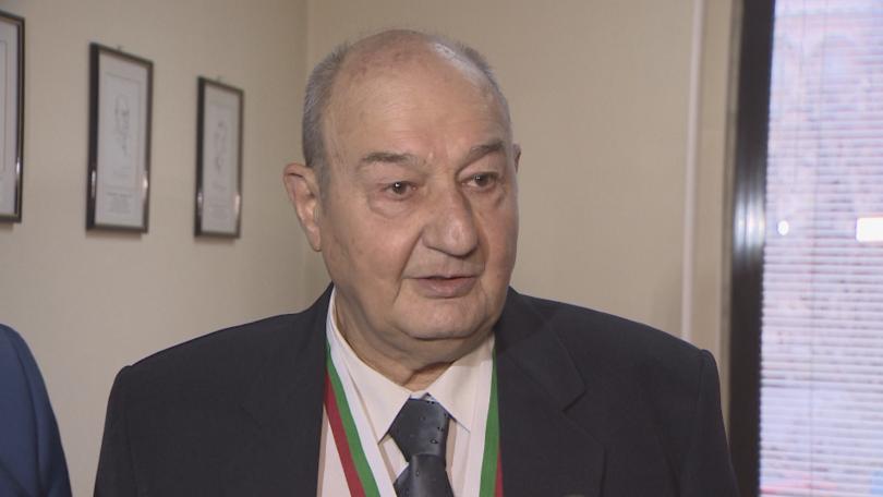 Анестезиолог на 80 години спасява пациенти във Военно-медицинската академия. Той