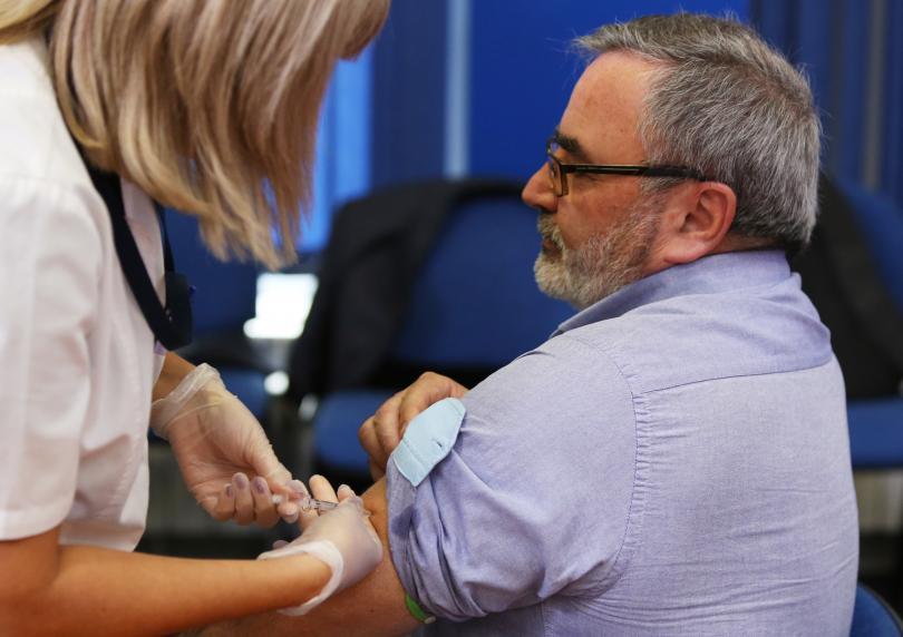 д-р Ангел Кунчев се ваксинира след пресконференцията