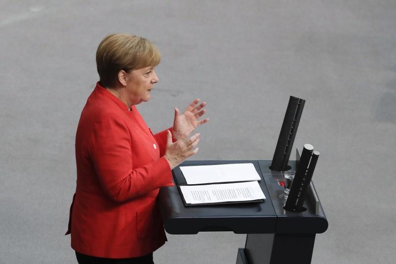 Меркел увери, че коалицията е стабилна, въпреки спора за миграцията