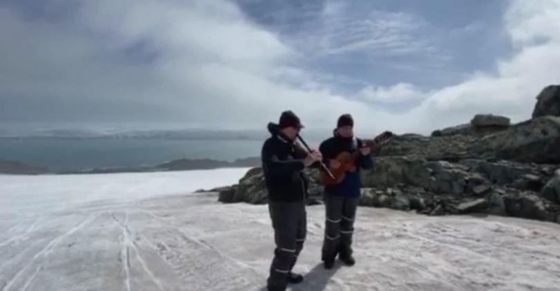 Теодосий Спасов изнесе концерт на остров Ливингстън пред доста необичайна