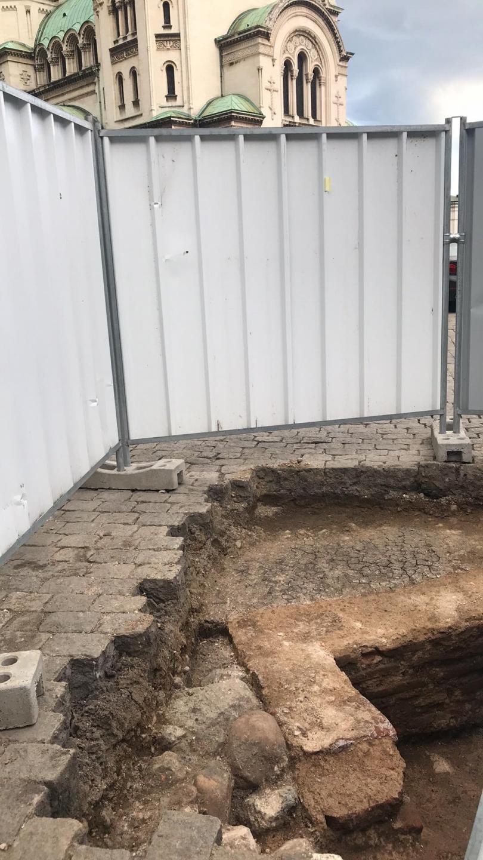 """снимка 3 Археолози в София откриха античен гроб до """"Св. Александър Невски"""" (СНИМКИ)"""