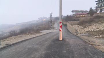 Електрически стълб изникна по средата на новоасфалтиран път