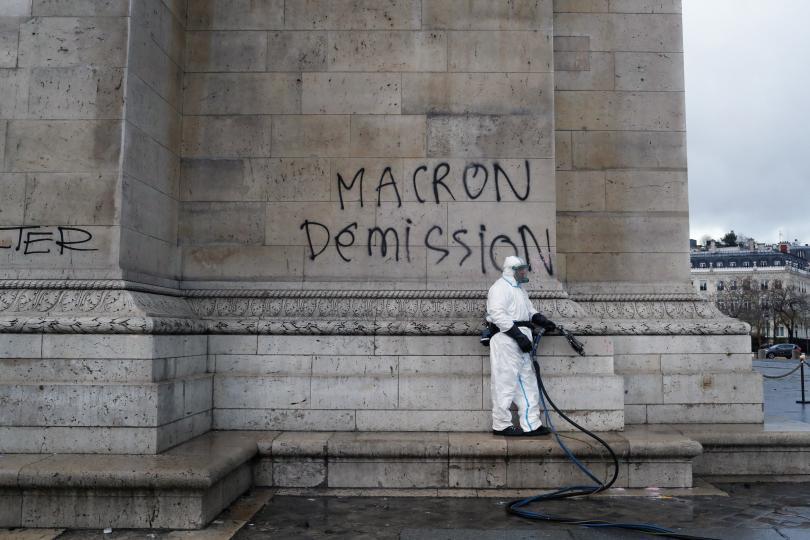 снимка 3 Макрон посети Триумфалната арка след вчерашните безредици