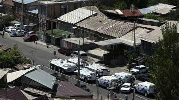Продължават преговорите с въоръжените лица в Ереван