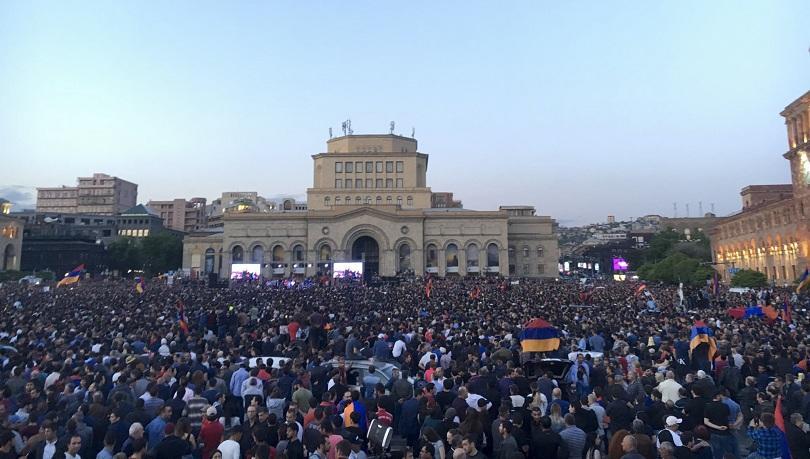 Парламентът ще избере нов премиер на 1 май. Арменското външно
