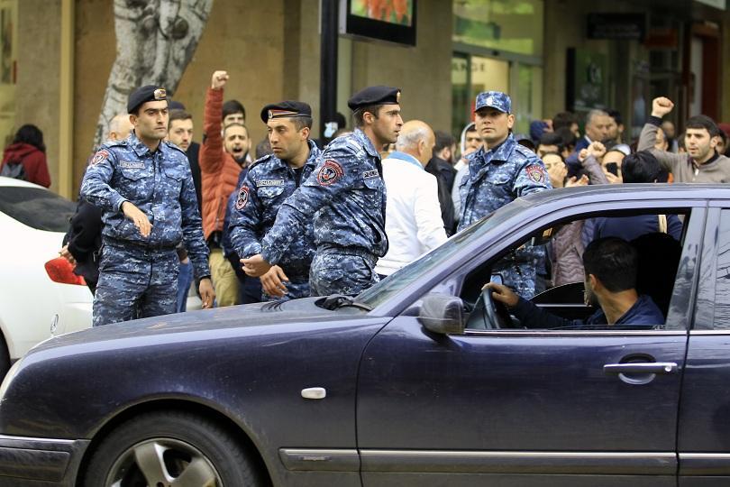 """Арменската полиция блокира централния """"Площад на Републиката"""" в Ереван и"""