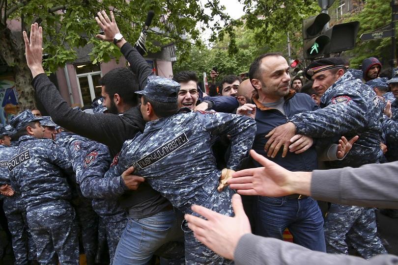 Десети ден продължават антиправителствени протести в Армения, стотици арестувани и