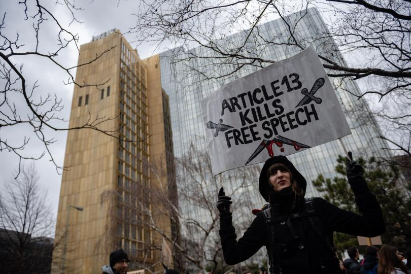 """""""Чл. 13 убива свободата на словото"""", гласи транспарант на протестиращ в Германия"""