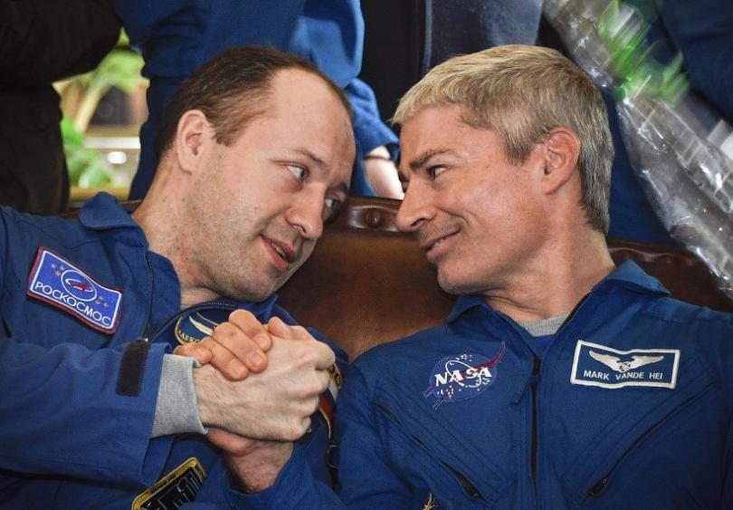 Космическа капсула с двама американци и един руснак кацна успешно