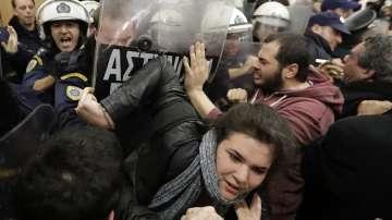 Сблъсъци по време на търг на длъжници в Атина