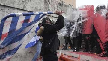 Сблъсъци и ранени полицаи на протеста в Атина срещу Договора от Преспа
