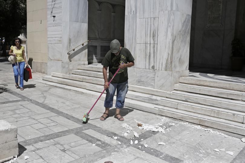 снимка 2 Продължават вторичните трусове след земетресението в Атина (ГАЛЕРИЯ)