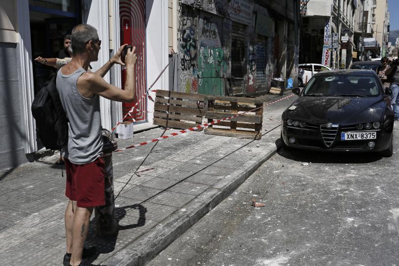 снимка 3 Продължават вторичните трусове след земетресението в Атина (ГАЛЕРИЯ)