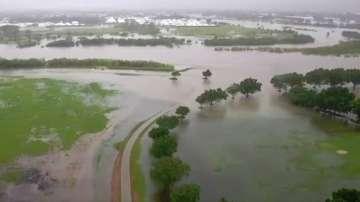 Хиляди напускат домовете си заради проливните валежи и наводнения в Австралия