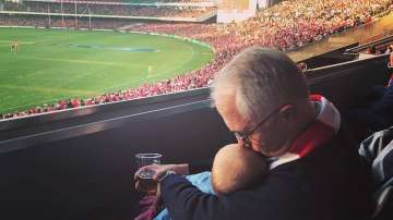 Снимка на австралийския премиер с бебе и бира в ръце разбуни социалните мрежи