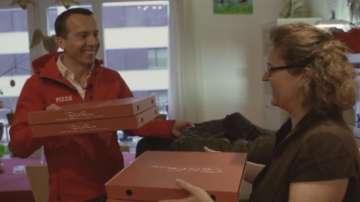 Австрийският канцлер стана разносвач на пици (ВИДЕО)