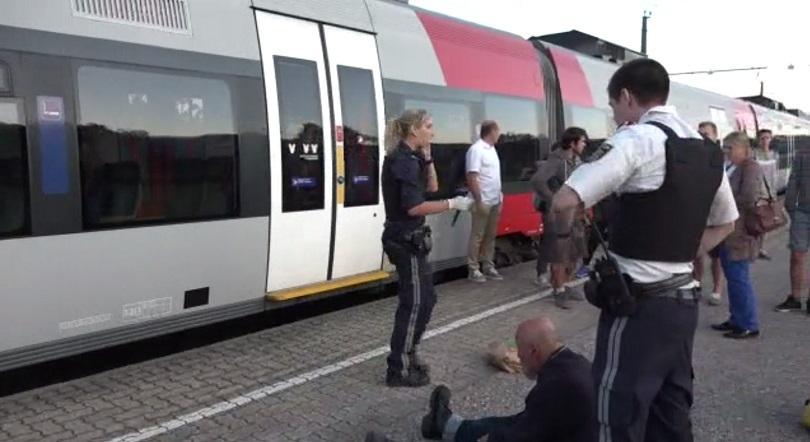 мъж рани нож двама души австрийски влак