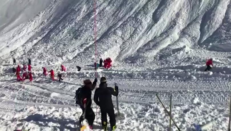 снимка 1 Най-малко четирима души са загинали при лавина във френския курорт Тин