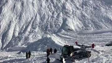 Най-малко четирима души са загинали при лавина във френския курорт Тин